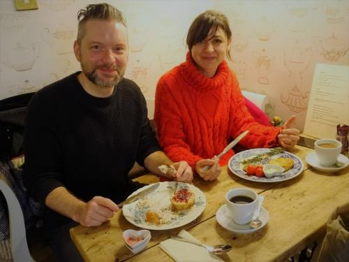 LFG2018 Vicky and Lee tuck in at Mama Bakewells